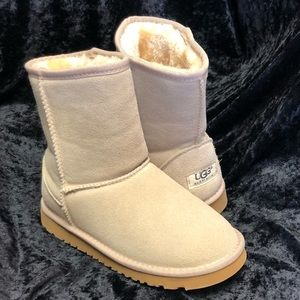 Short classic chestnut UGG boots 6W, brand new